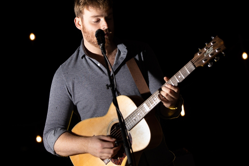 Acoustic singer Tom